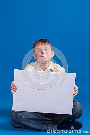 Chłopiec trzyma puste miejsce