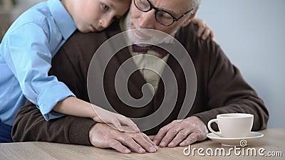 Chłopiec wspiera smutnego dziadu, ściska pocieszać on, rodzinna opieka zbiory