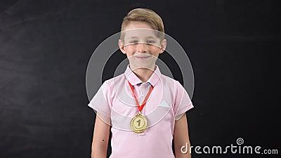 Chłopiec z medalem, wybitny osiągnięcie w edukacji, wygrana sport rywalizacja zdjęcie wideo