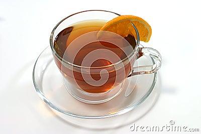 Chá quente dentro da fatia transparente do vidro e do limão
