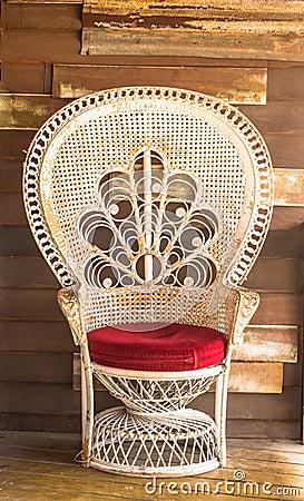 chaise en osier sur le fond en bois de mur photo stock image 42126183. Black Bedroom Furniture Sets. Home Design Ideas