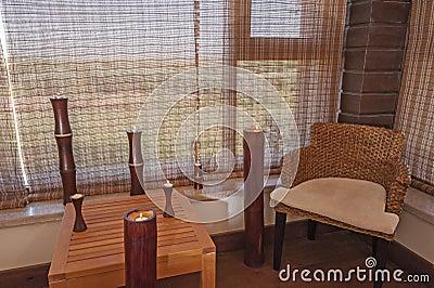 Chaise et table dans une salle de relaxation photo stock for Salle de relaxation