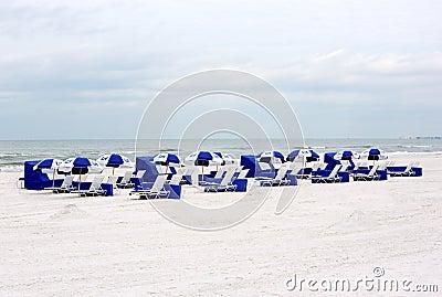 Chaises et parapluies de plage