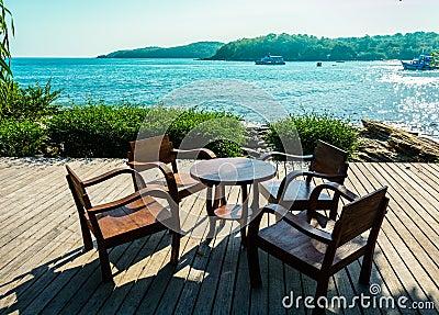 chaises et table en bois sur la terrasse ouverte de bord de la mer photo stock image 40079847. Black Bedroom Furniture Sets. Home Design Ideas