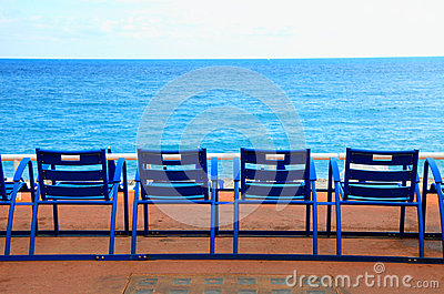 chaises vides bleues sur le bord de mer de mer nice france photos stock image 34555393. Black Bedroom Furniture Sets. Home Design Ideas
