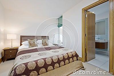 chambre coucher avec la porte ouverte la salle de bains d en suite - Salle A Coucher