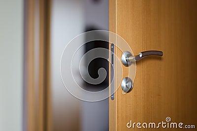 Chambre d 39 h tel ou porte d 39 appartement avec la porte ouverte photo stock image 84062789 - Porte d appartement ...