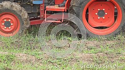 Champ de fertilisation de la terre et de tracteur de sol Machines agricoles lourdes banque de vidéos