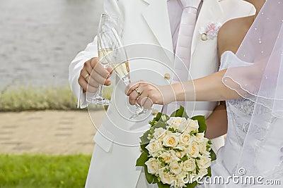 Champagne in den Gläsern des gerade-verheirateten Paares