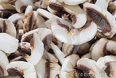 Champignons blancs coupés en tranches