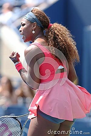 Champion Serena Williams de Grand Chelem de seize fois pendant son deuxième match de rond à l US Open 2013 contre Galina Voskoboye Image stock éditorial