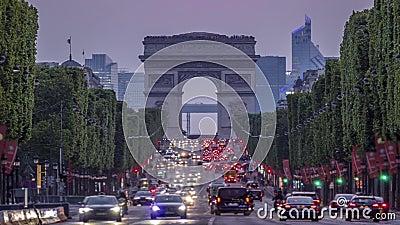 Champs-Elysees e Arc de Triomphe al tramonto Lasso di tempo video d archivio