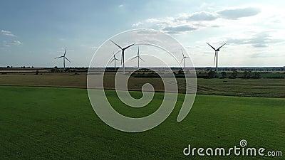 Champs terrestres de vert de champ d'éoliennes, ciel bleu banque de vidéos