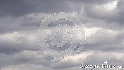 Changement climatique Ciel bleu couvert de nuages de pluie dramatiques de tempête gris foncé 4K banque de vidéos