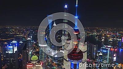 CHANGHAÏ, CHINE - 5 mai 2017 la vidéo aérienne de bourdon, nuit a illuminé le paysage urbain célèbre de Pudong banque de vidéos