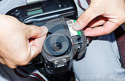 Changing new of negative roll film into SLR manual camera