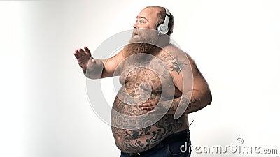 Chanson de écoute et danse de gros homme joyeux