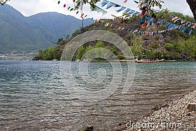Chapeaux en paille sur le lac clair Photo éditorial