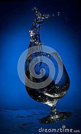 Chapoteo grande del líquido en un vidrio que cae