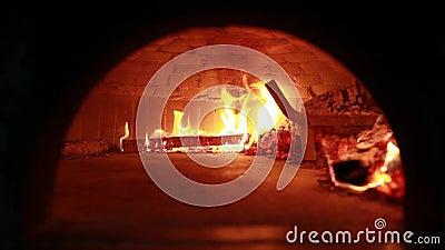Charbons du feu et de br?lure en fours en pierre Four fait de brique et argile sur le bois Four pour la pizza four de brique clips vidéos