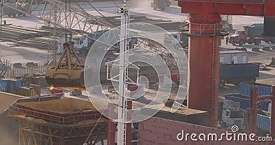 Chargement de grue en grue Commerce, nautique Livraison de marchandises agricoles par bateau et par wagon de fret Déchargement et banque de vidéos