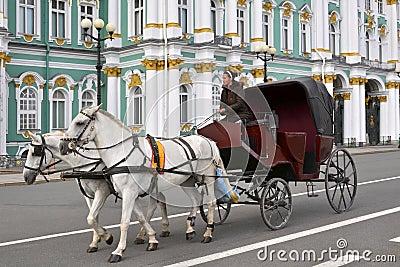 Chariot de cheval, palais de l hiver, St Petersburg Photo éditorial