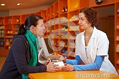 Charla discreta en farmacia