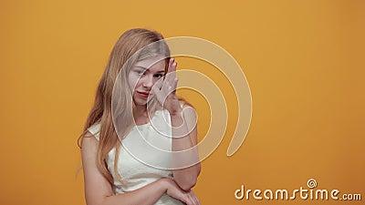 Charmante junge Kaukasierin breitet sich Hand, lächelnd, attraktiv aussehend stock footage