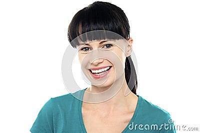 Charmig ung kvinnlig som exponerar ett mäktigt leende