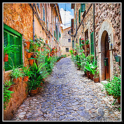 Free Charming Old Streets Of Italian Villages  Decorated With Flowers Royalty Free Stock Photography - 98504877
