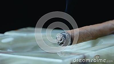 Charuto cubano que fuma no cinzeiro de Marmor filme