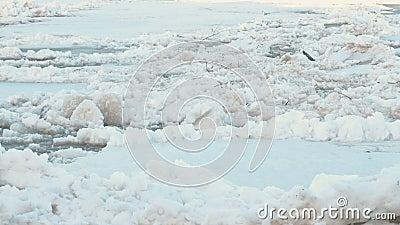 Chassoir de glace sur la rivière E banque de vidéos