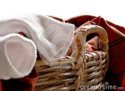 Chaussettes dans le panier de blanchisserie