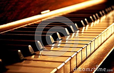 Chaves douradas do piano