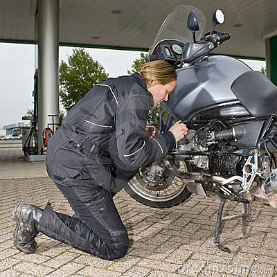 Checking the oil level