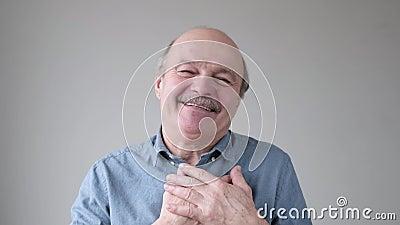 Cheerful historisk man leker glatt, håller hand på bröstet, uttrycker sina positiva känslor lager videofilmer