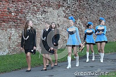 Cheerleadern und Band Redaktionelles Stockfoto
