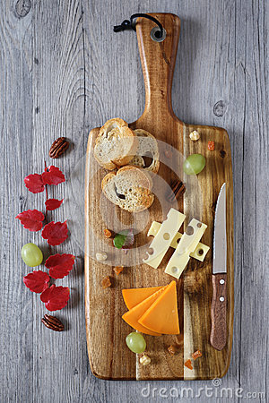 Free Cheese Plate: Gouda Cheese, Green Grapes And Red Autumn Leaves Stock Photo - 49371780