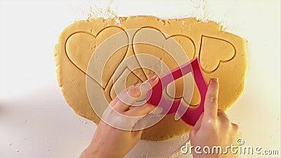Chef cortando la galleta de gallina en forma de corazón duro almacen de metraje de vídeo