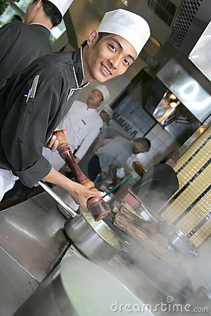 Chef, der am Abendessen kocht