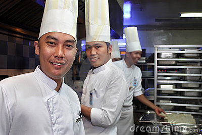 Chef, der in der Küche arbeitet