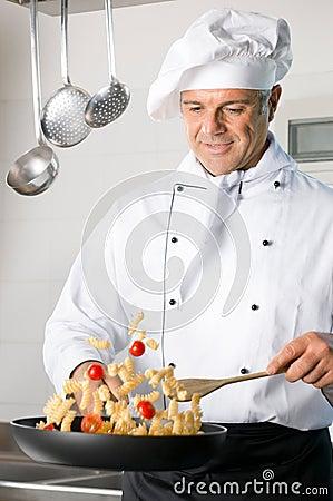 Chef, der Teigwaren kocht