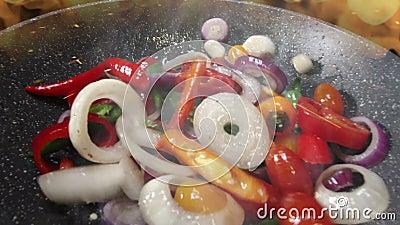 Chef fry warzywa nad wysoką temperaturą płomienia zbiory