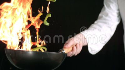 Chef-kok het werpen beweegt firy stock footage