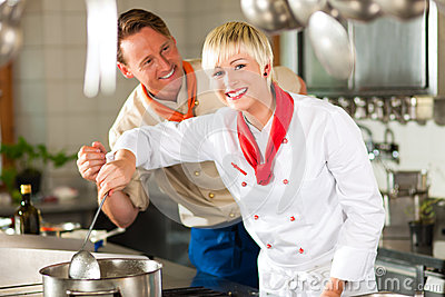 Chef-koks in restaurant of hotelkeuken het koken