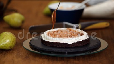 Chef Pastry Pchnie Karmel Na Czekoladowe Ciasto Gąbkowe Produkcja Ciasta W Piekarni zdjęcie wideo
