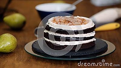 Chef Pastry Pchnie Karmel Na Czekoladowe Ciasto Gąbkowe Produkcja Ciasta W Piekarni zbiory