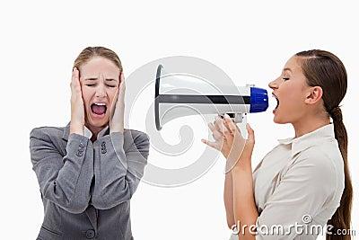 Chef som skriker på henne kollegan