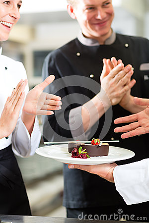 Free Chef Team In Restaurant Kitchen With Dessert Royalty Free Stock Photos - 28366368