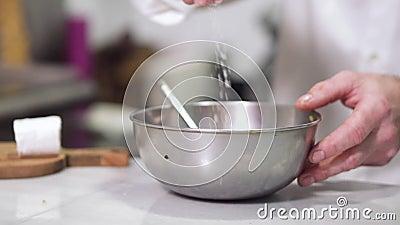 Chef versa sale in una ciotola archivi video